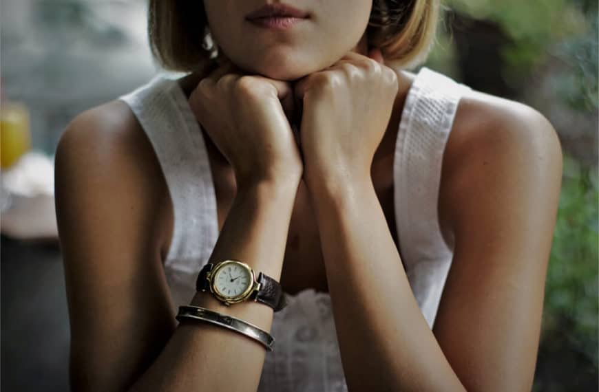 Which side of the wrist should women wear watches?